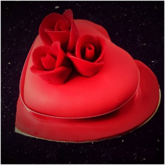 The Three Roses Heart Cake